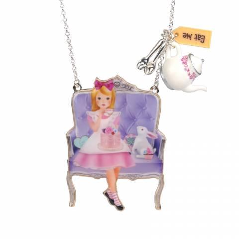 Collana Alice nel Paese delle Meraviglie in rosa che sorseggia il tè